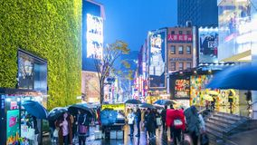 SEOUL SYDKOREA - NOVEMBER 26, 2017: Timelapse på dendong marknaden Folk som går med paraplyer på en regnig dag på shopping lager videofilmer