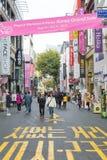 Seoul Sydkorea - November 1, 2015: Tränger ihop turisten på Myeongen-D fotografering för bildbyråer