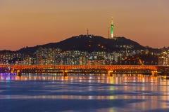 Seoul-U-Bahn und -brücke bei Hanriver in Seoul, Südkorea lizenzfreies stockbild