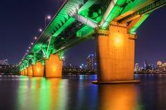 Seoul-U-Bahn und -brücke bei Hanriver in Seoul, Südkorea lizenzfreie stockfotos