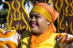 16 2017 Sep, Dumaguete, Filipiny - Uśmiechnięta dziewczyna w obywatela smokingowy uczestniczyć w ulicznej paradzie Sandurot festi zdjęcia royalty free