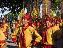 16 Sep 2017, Dumaguete, Filippijnen - de glimlachende kinderen die aan straatkostuum deelnemen paraderen Jongen in nationaal kost Stock Foto's