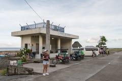 Sep 21,2017 turysty czekania samochód przy Ivatan portem, Batan wyspa, b Zdjęcia Stock