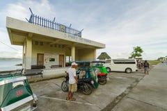 Sep 21,2017 turysty czekania samochód przy Ivatan portem, Batan wyspa, b Obrazy Stock