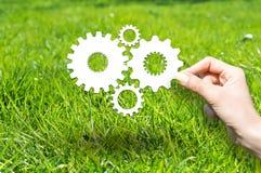 Sepa concepto con las ruedas y los engranajes en hierba verde foto de archivo