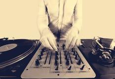 Sepai Halbtonbild einer flippigen Frau DJ Stockfoto