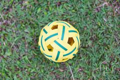Sepak Takraw piłka na zielonej trawy polu - rattan balowy sport plenerowy obrazy stock
