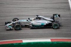 SEPANG - 28 DE MARZO: Lewis Hamilton en la curva pasada Foto de archivo libre de regalías