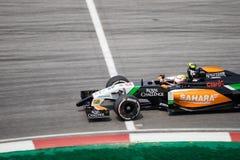 SEPANG - 28 DE MARZO: Sergio Perez la curva pasada Imágenes de archivo libres de regalías
