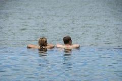 Sepang, Malaysia - 21. Oktober 2012: Nicht identifizierte Paare, die am UnendlichkeitsSwimmingpool während der Saisonsommerferien stockbild