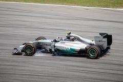SEPANG - 28 MARS : Frein de Nico Rosberg verrouillé dans la dernière courbe Photographie stock libre de droits