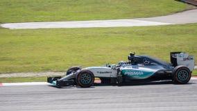 SEPANG - MARS 27: Nico Rosberg i den första kurvan Arkivfoton