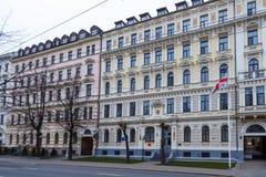 Separação nas ruas da cidade de Riga imagem de stock