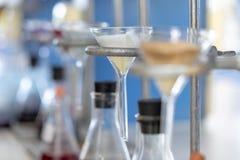 Separação pela condensação da filtragem e da evaporação as substâncias componentes da mistura líquida no laboratório fotos de stock