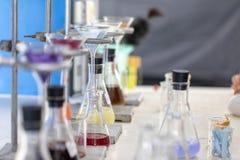 Separação pela condensação da filtragem e da evaporação as substâncias componentes da mistura líquida no laboratório imagens de stock royalty free