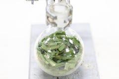 Separação pela condensação da filtragem e da evaporação as substâncias componentes da mistura líquida no laboratório foto de stock