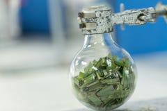 Separação pela condensação da filtragem e da evaporação as substâncias componentes da mistura líquida no laboratório fotografia de stock