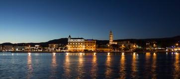 Separação, vista panorâmica da noite da Croácia fotografia de stock