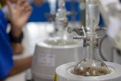 Separación por la condensación de la filtración y de la evaporación las sustancias componentes de mezcla líquida en laboratorio foto de archivo libre de regalías