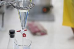 Separación por la condensación de la filtración y de la evaporación las sustancias componentes de mezcla líquida en laboratorio fotos de archivo