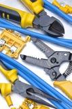 Separadores y cables de los alicates con el equipo del componente eléctrico fotografía de archivo libre de regalías