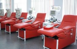 Separando apparato ed i posti letti per ricoveri giornalieri messi alla stazione di trasfusione di sangue della città fotografia stock