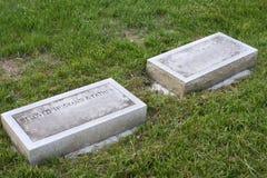 Separata Gravestones för gift par royaltyfria bilder