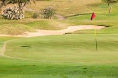 Separatore di sabbia della bandiera di verde di golf Fotografie Stock