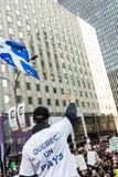 Separatystyczny protestujący Trzyma Fleur De Lys Quebec prowincję F Zdjęcia Stock