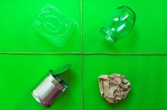 Separazione dei rifiuti domestici per riciclare Il concetto di protezione dell'ambiente fotografie stock