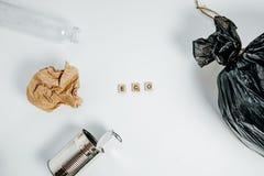 Separazione dei tipi dell'immondizia Concetto della gestione dei rifiuti sul BAC bianco Immagini Stock