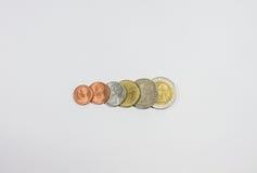 Separazione delle monete di baht tailandese sull'isolato su Immagine Stock