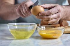 Separazione di uovo in proteina ed in tuorlo immagine stock