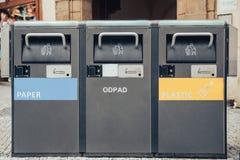 Separazione Separate dell'immondizia in contenitori di ferro Concetto di riciclaggio dei rifiuti in Europa fotografia stock libera da diritti