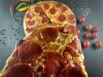 Separi un pezzo di pizza fotografia stock libera da diritti