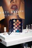 Sephora oka cienia paleta FENTY piękno Rihanna wystawiał w kosmetyka sklepie - galaktyki Eyeshadow paleta - Sephora piękno zdjęcie stock