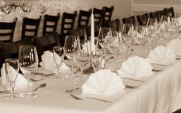 SEPIA - Праздничное служат расположение таблицы с стеклами и, который и столовый прибор Стоковое Изображение RF