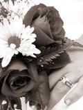 Sepia руки обручального кольца невесты и крупного плана букета Стоковые Изображения