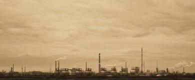 Sepia-тонизированный взгляд старой химической фабрики стоковая фотография rf