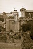 Sepia beeld van Roman Forum met Tempel van Antoninus en Faustina op achtergrond, Rome, Italië, Europa Stock Afbeeldingen