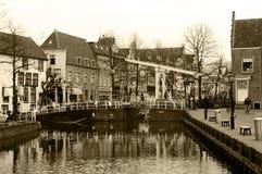 Sepia - canal de Alkmaar e ponte, por do sol do inverno, Países Baixos Fotografia de Stock
