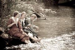 Sepia de vrouwen door rivierkreek in burgeroorlog reenactmen Stock Afbeeldingen