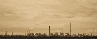 Sepia-getonte Ansicht der alten chemischen Fabrik lizenzfreie stockfotografie
