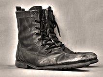 Sepia laarzen op een grungeachtergrond Royalty-vrije Stock Foto's