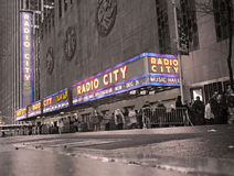 Sepia New York med en festlig musik Hall för neonradiostad Royaltyfri Foto