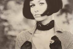 Sepia retra del vintage de la mujer bastante joven de la señora de la muchacha de la sacudida atractiva del pelo Foto de archivo libre de regalías