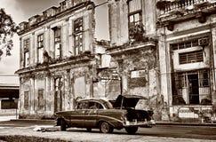 Sepia tonade bild av den gamla klassiska bilen på havannacigarrgatan Arkivfoto