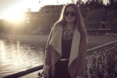 Sepia tonade den retro ståenden av en härlig flicka in Arkivfoton