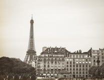 Sepia Tone Eiffel Tower con el edificio militar del museo Imagen de archivo libre de regalías