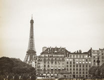 Sepia Tone Eiffel Tower mit Militärmuseums-Gebäude lizenzfreies stockbild